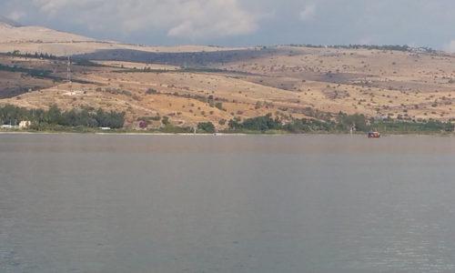 Aussicht über Gewässer und Hügel