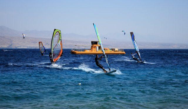 Windsurfer und Boot